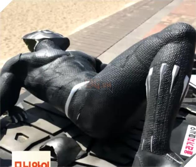 Chả hiểu có thù oán gì không mà tượng Black Panther lại bị bẻ gãy chân ở Hàn Quốc - Ảnh 3.