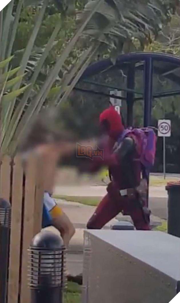 """Xuất hiện clip """"Deadpool""""' đánh nhau với một người đàn ông say rượu trên đường phố Úc - Ảnh 1."""