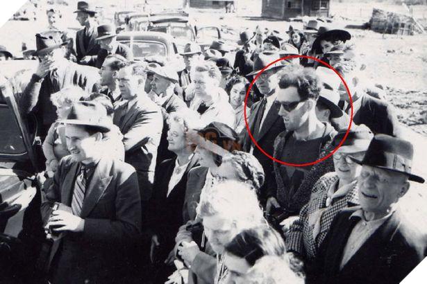 Người ta cho rằng, người đàn ông du hành tương lai, đeo kính đen trong bức ảnh là John Titor