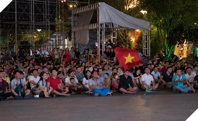 Cùng nhìn lại những hình ảnh Cổ động viên VN ở Phố đi bộ đêm qua 7