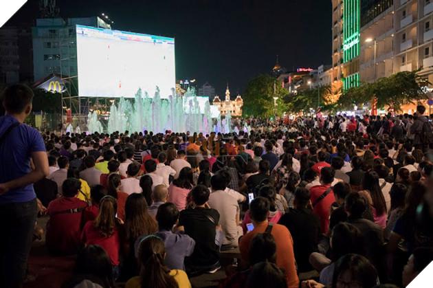 Cùng nhìn lại những hình ảnh Cổ động viên VN ở Phố đi bộ đêm qua 8