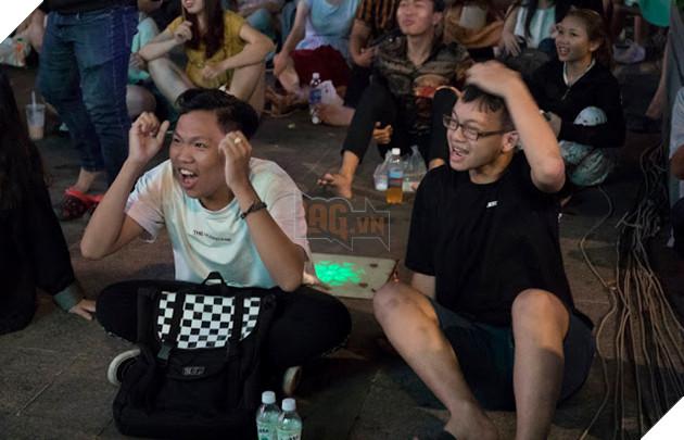 Cùng nhìn lại những hình ảnh Cổ động viên VN ở Phố đi bộ đêm qua 11