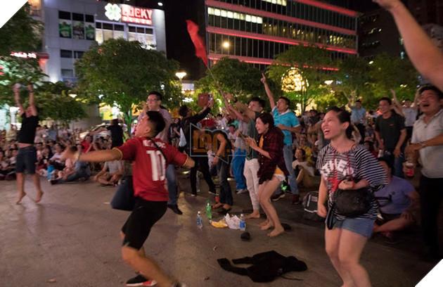 Cùng nhìn lại những hình ảnh Cổ động viên VN ở Phố đi bộ đêm qua 17