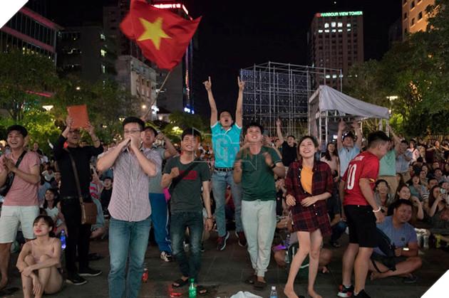 Cùng nhìn lại những hình ảnh Cổ động viên VN ở Phố đi bộ đêm qua 18
