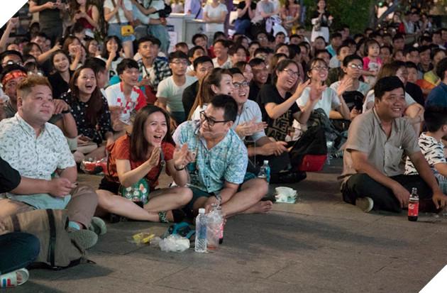 Cùng nhìn lại những hình ảnh Cổ động viên VN ở Phố đi bộ đêm qua 22