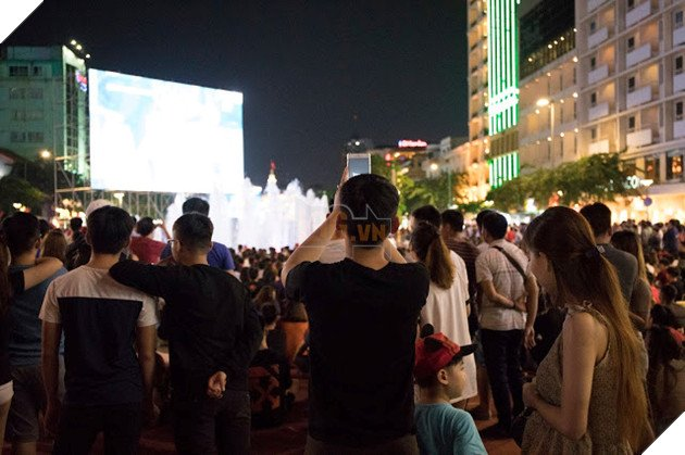 Cùng nhìn lại những hình ảnh Cổ động viên VN ở Phố đi bộ đêm qua 9