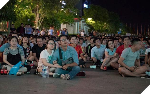 Cùng nhìn lại những hình ảnh Cổ động viên VN ở Phố đi bộ đêm qua 14