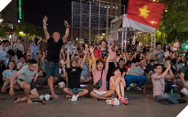 Cùng nhìn lại những hình ảnh Cổ động viên VN ở Phố đi bộ đêm qua 23