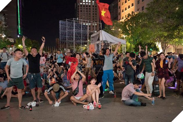 Cùng nhìn lại những hình ảnh Cổ động viên VN ở Phố đi bộ đêm qua 24