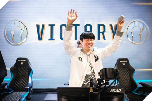 """Trước thềm chung kết, cộng đồng LMHT Trung Quốc lôi """"siêu xạ thủ"""" Vương Tư Thông ra hù dọa Fnatic, 100T được gọi là đội mạnh thứ 3 thế giới - Ảnh 1."""