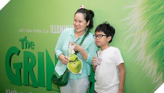 Gia đình sao Việt nô nức đi xem Grinch lập âm mưu phá giáng sinh 6