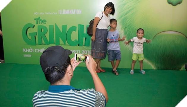 Gia đình sao Việt nô nức đi xem Grinch lập âm mưu phá giáng sinh 7