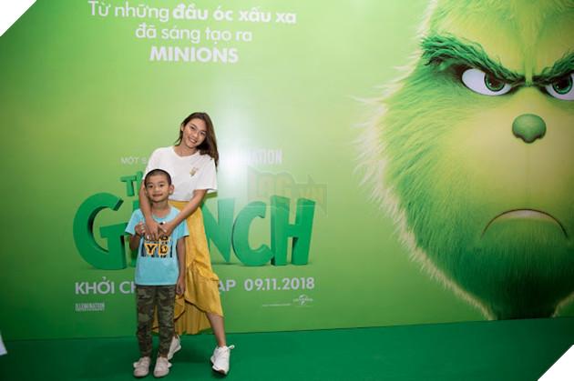 Gia đình sao Việt nô nức đi xem Grinch lập âm mưu phá giáng sinh 9