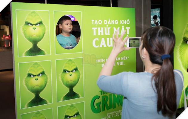 Gia đình sao Việt nô nức đi xem Grinch lập âm mưu phá giáng sinh 10