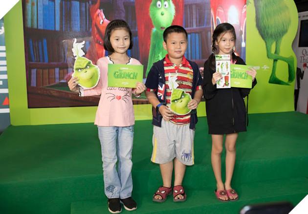 Gia đình sao Việt nô nức đi xem Grinch lập âm mưu phá giáng sinh 11