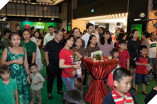 Gia đình sao Việt nô nức đi xem Grinch lập âm mưu phá giáng sinh 16