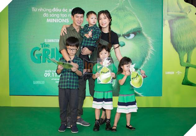 Gia đình sao Việt nô nức đi xem Grinch lập âm mưu phá giáng sinh