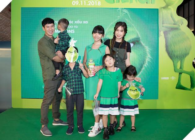 Gia đình sao Việt nô nức đi xem Grinch lập âm mưu phá giáng sinh 21