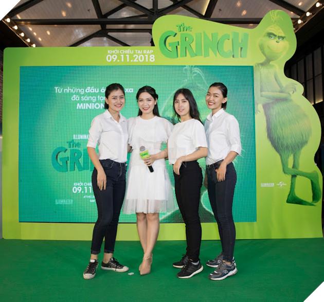 Gia đình sao Việt nô nức đi xem Grinch lập âm mưu phá giáng sinh 23
