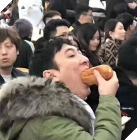 LMHT: Giờ đây ở Trung Quốc hình ảnh đại thiếu gia Vương Tư Thông nuốt hotdog đang thực sự trở thành một hiện tượng - Ảnh 1.