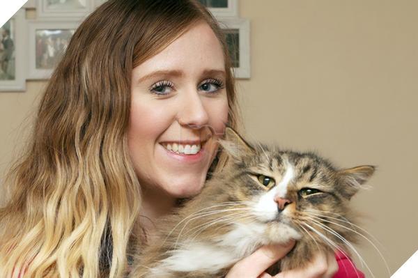 Chú mèo 'đi bụi' 14 tháng được tìm thấy đang 'phè phỡn' tại nhà máy sản xuất thức ăn thú cưng 2