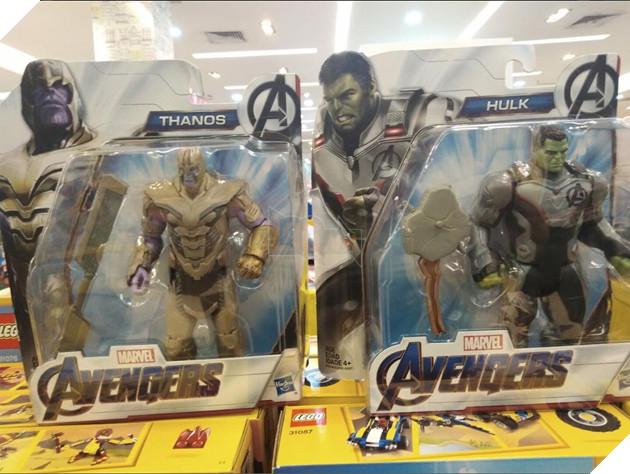 Các món đồ chơi làm lộ spoiler Avengers: Endgame với giá niêm yếtlà VND của Việt Nam. Nguồn: Internet.