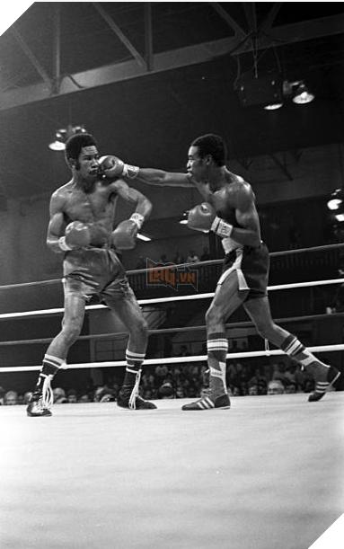 Rocky Lockridge (R) lands a punch against Eusebio Pedroza. Credit: Getty