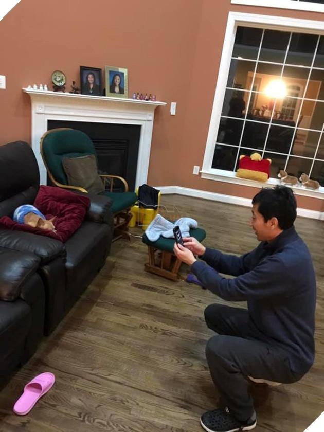 """Cả ba và mẹ đều mải mê """"sống ảo"""" cùng cún yêu. (Nguồn: Subtle Asian Traits)."""