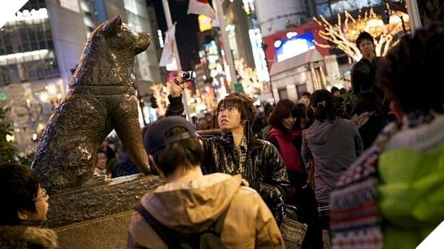 Chú chó Hachiko ngồi chờ chủ đã được khắc thành tượng ở Nhật Bản