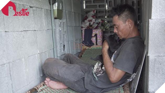 Cuộc sống hiện tại của anh đánh giày câm khi mất đi chú chó mù