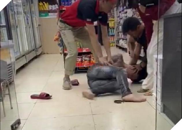 Thanh niên xăm trổ bị đánh vì sàm sỡ 'hoa đã có chủ' ở cửa hàng tiện lợi 2