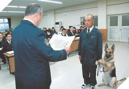 Chú chó nghiệp vụ cực giỏi được tuyên dương nhận thưởng nhưng lại xấu hổ bám chủ mãi không buông 2