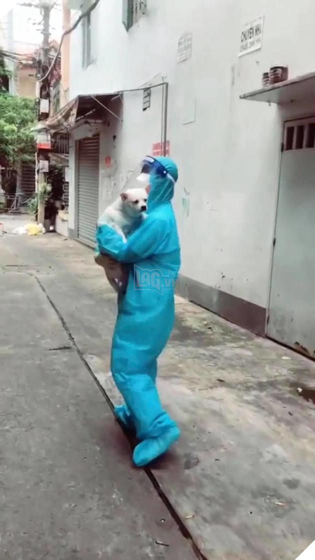Cô tình nguyện viên GenZ đi giúp dân test Covid còn được tặng cả bé cún mang về